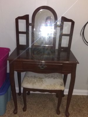 Vanity with marching chair for Sale in Wichita, KS