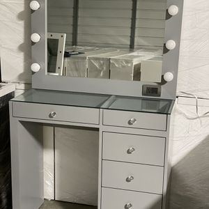 Grey Makeup Vanity Dresser And Hollywood Mirror / Tocador de maquillaje for Sale in Perris, CA