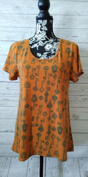 Beautiful LulaRoe Shirt , women's size S ( excellent condition ) for Sale in Frederick, MD