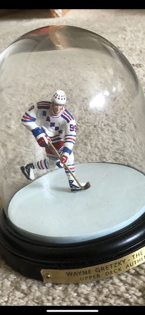 WAYNE GRETZKY IN ACTION FIGURINE IN GLASS DOME for Sale in Los Angeles, CA