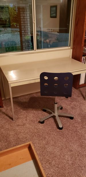 Large desk with office chair for Sale in Sanger, CA
