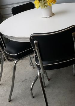 RETRO DINING SET TABLE AND 4 CHAIRS ( LIKE NEW) for Sale in Olympia,  WA
