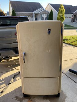 1950VINTAGE HOTPOINT REFRIGERATOR 220EB53 In Working Order! for Sale in Ravensdale,  WA