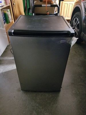 4 CuFt FREESTANDING MINI FRIDGE for Sale in Keller, TX