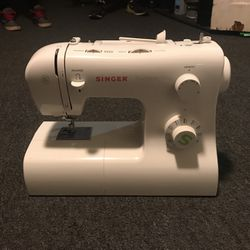 Singer Sewing Machine for Sale in Newburgh Heights,  OH