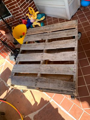 Wood pallet coffee table for Sale in Katy, TX