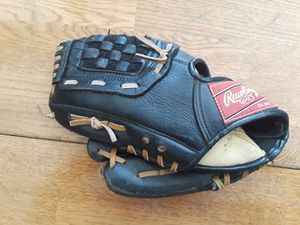 Youth Softball glove (for a lefty) for Sale in Elk Grove, CA