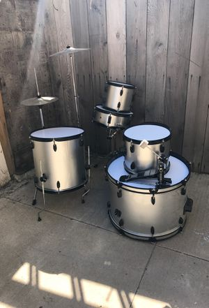 Drum set. Used but in good condition. MAKE AN OFFER for Sale in Chicago, IL