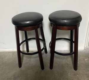 Swivel Cushioned Bar Stool for Sale in La Verne, CA