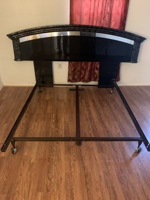 Qween bed with night stand for Sale in Rockville, MD