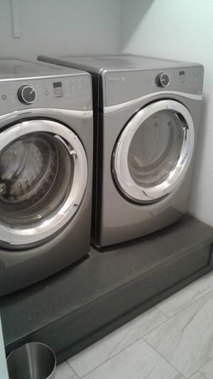 Whirlpool duet frontload washer & dryer w/pedestal for Sale in Leander, TX