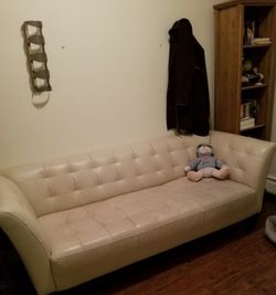6bfoot Cream Leather Couch for Sale in Jersey City,  NJ