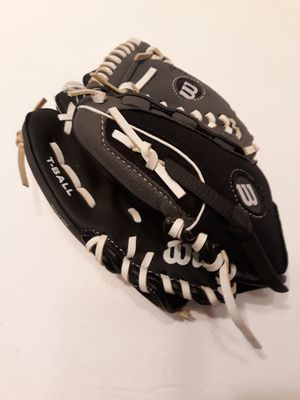 "WILSON 9"" T BALL Right Handed Glove for Sale in Las Vegas, NV"