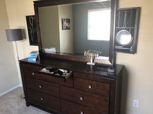 5 piece dresser/nightstand bedroom set for Sale in Edmonds, WA