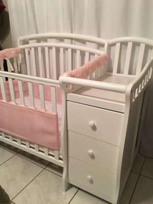 Mini crib with an attached changing table. for Sale in Hialeah, FL