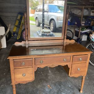 Free Desk Vanity With Mirror GONE Pending Pick Up 8 Others Waiting Sorry Thanks for Sale in Seattle, WA