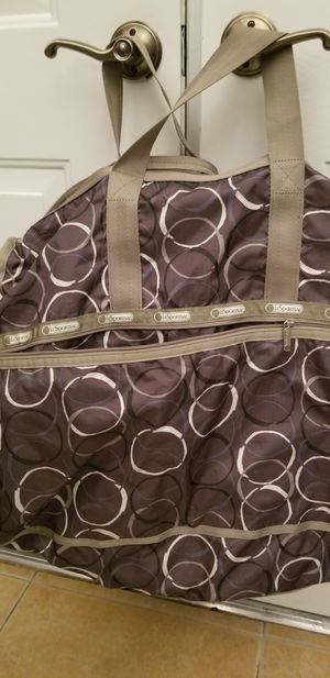Super Large Duffle bag by Le Sport Sac. In GREAT condition. Very clean, gently used,many pockets 18$ for Sale in Las Vegas, NV