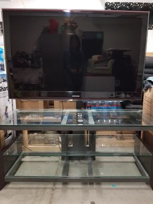 """50"""" Samsung TV with glass stand for Sale in Salinas, CA"""