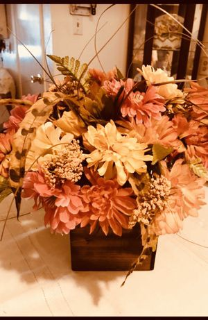 Fall flower arrangement/thanksgiving decorations for Sale in Paramount, CA