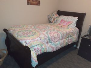*Like NEW* Twin Sleigh bed and free night stand for Sale in Largo, FL