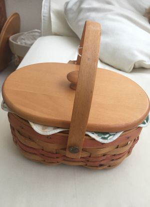 Longaberger Basket with lid in very good shape (Pompano Beach 33069 for Sale in Pompano Beach, FL