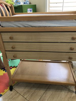 Changing table with 2 changing pads and covers for Sale in Miramar, FL