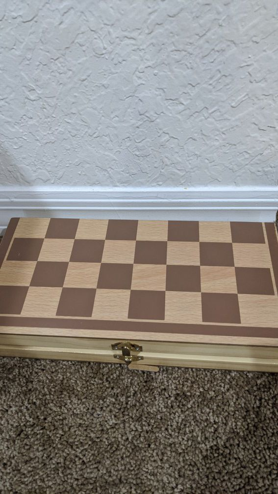 Chess game board/holder + pieces