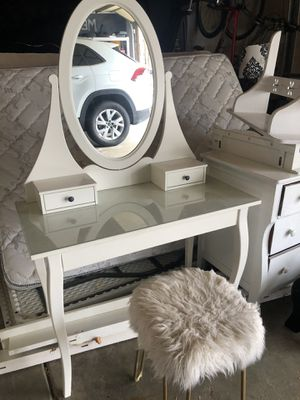 Girls Vanity w/stool- excellent shape for Sale in Minneapolis, MN