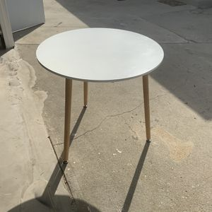 FREE- White Round Table For Sale. White table height approximately 29 inches and diameter approximately 31 1/2 inches. for Sale in Burbank, CA