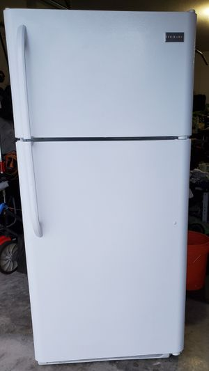 Frigidaire - Refrigerator with icemaker for Sale in Zephyrhills, FL