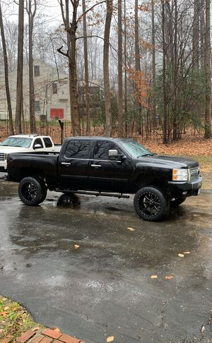 "LIFT AND WHEELS ONLY ! Rough country 7.5"" lift with 22x12.5 mud rims 35 inch tires for Sale in Manassas, VA"