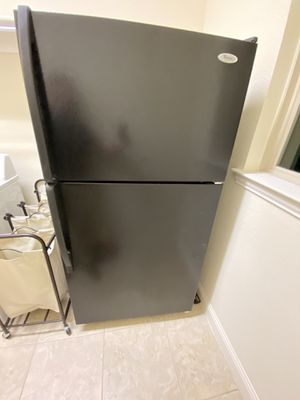 Whirlpool refrigerator with ice maker for Sale in Frisco, TX