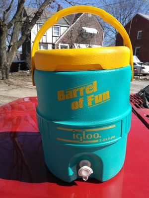 2 gallon cooler with Spout for Sale in Pittsburgh, PA