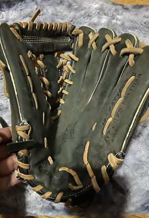 Outfield softball or baseball glove for Sale in The Bronx, NY