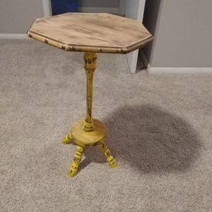Small Rustic Side Table for Sale in Marietta, GA