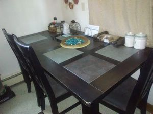 Great Condition Kitchen Table comes with 4 matching chairs for Sale in Hamburg, NY