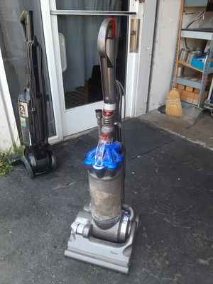 Dyson Dc33 vacuum cleaner en buenas condiciones for Sale in Fontana, CA