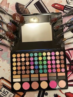 Eyeshadow +brushes +🎁 for Sale in Columbus,  OH
