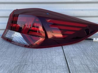 2018 -2019 HYUNDAI ELANTRA RIGHT PASSENGER SIDE TAIL LIGHT OEM for Sale in Lomita,  CA