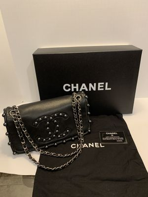 Like new authentic Chanel lambskin pearl obsession flap shoulder bag for Sale in San Diego, CA