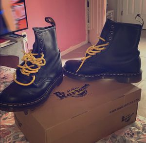 DR MARTENS WOMENS BOOTS WITH BLACK AND YELLOW LACES INCLUDED 1460 WOMEN'S SMOOTH LEATHER LACE UP BOOTS SIZE 8 for Sale in Staten Island, NY