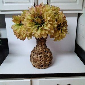 Nice Flower Arrangement In Straw Vase . for Sale in Loganville, GA