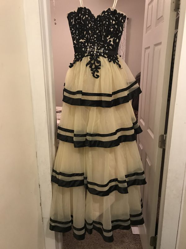 Size 0 never been worn before. Purchased to wear to my sisters wedding but didn't fit, very nice fit and looks great on anyone!