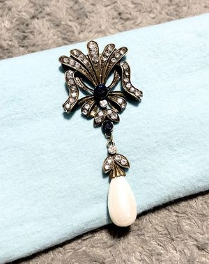 Women's vintage pearl drop pendant like new! Costume jewelry no fading or tarnish. Super classy great statement piece for a stylish look! I got so mu for Sale in Washington, DC