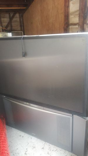 60-inch Hitachi floor TV for Sale in Bedford, OH