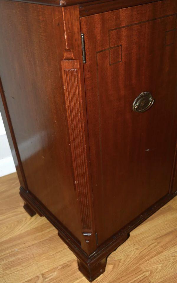 VINTAGE MAPLE WOODEN 2 DOOR DRESSER COLLECTIBLE