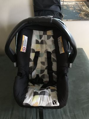 Baby trend car seat and stroller with car seat base for Sale in Los Angeles, CA