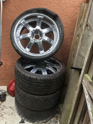 22 inch wheel size 235/35/22. One rims cracked 2 tires good condition no caps 5 lug universal for Sale in Fort Myers, FL