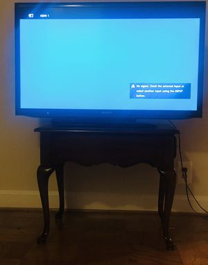 36 inch sony tv used like new and it works good desk is free with tv for Sale in Alexandria, VA