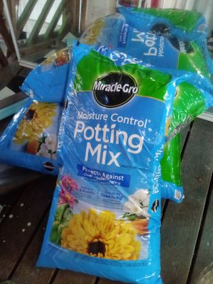 Miracle gro moisture control potting soil 2 cu ft *per bag for Sale in Federal Way, WA